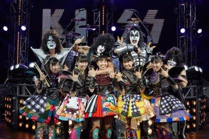 Vídeo: Kiss se pasan al manga y colaboran con el grupo pop japonés Momorio Clover Z