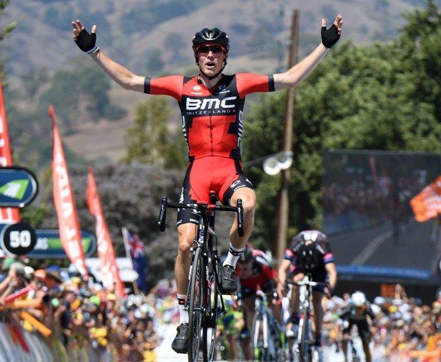 Rohan Dennis celebra su victoria en la tercera etapa del Tour Down Under