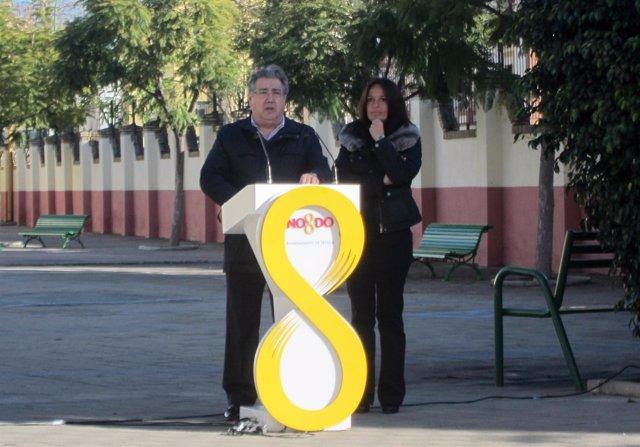 Zoido, junto a Evelia Rincón, en un colegio de la Macarena