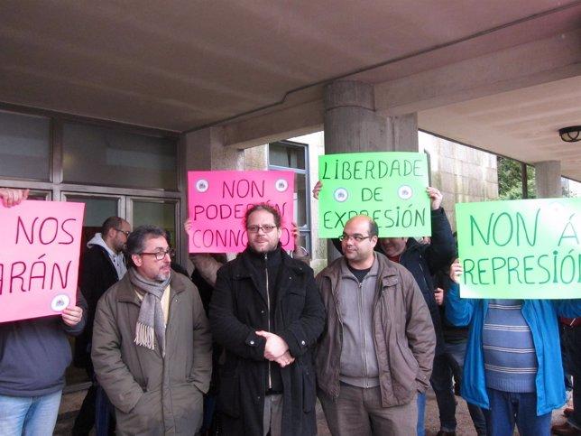 Manuel Dacal, Renato Núñez  y Rubén Cela en protesta ante los juzgados