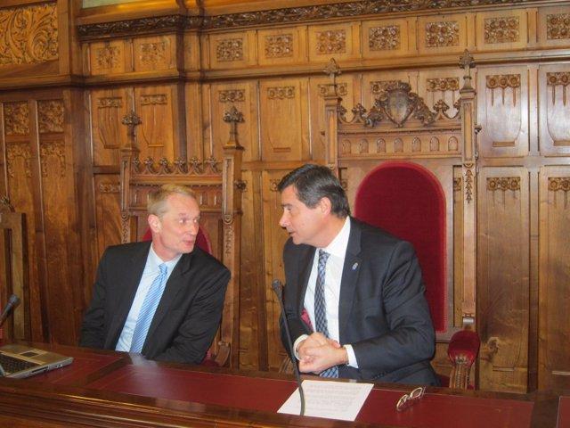 Foecking y el presidente de la Junta, Pedro Sanjurjo, en la conferencia.