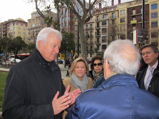 El portavoz del PP, Eloy Suárez, con vecinos del distrito Centro