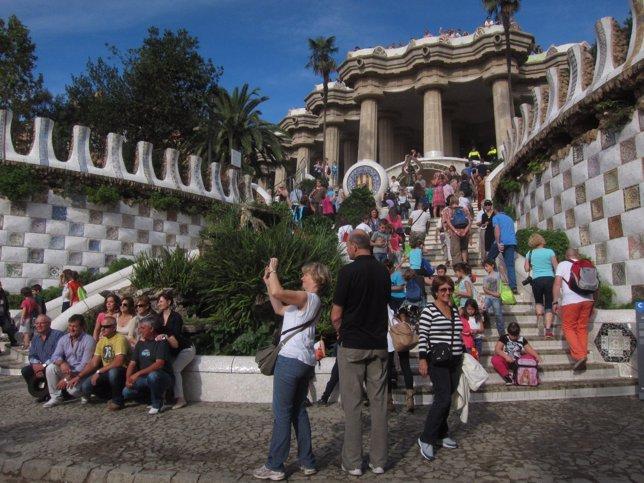 El parque Güell de Barcelona repleto de turistas