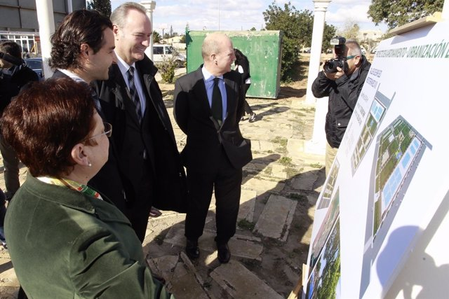 Fabra durante su visita a Torrevieja (Alicante), junto al conseller Buch.