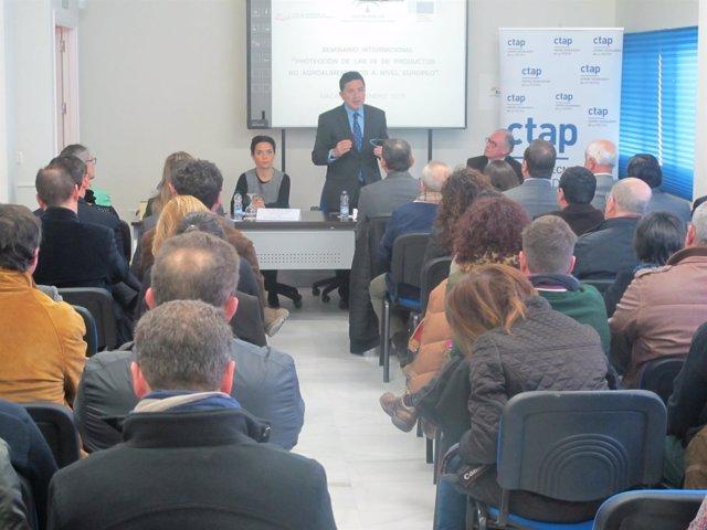 Gerente del CTAP, Dori Ramos y el secretario general de Economía, Gaspar Llanes