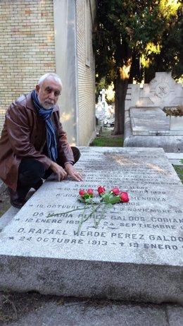 El PSOE denuncia el estado de abandono de la tumba de Galdós en Madrid