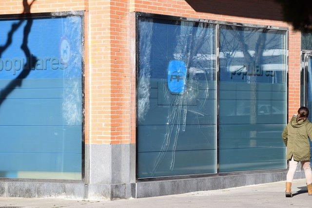 Imagen del acceso a la sede del PP-Huesca tras el ataque premeditado.