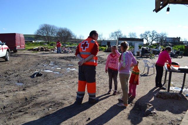 Voluntarios de Cruz Roja en un asentamiento de inmigrantes
