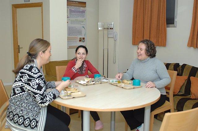 Mujeres que en la actualidad comparten el hotel de madres del hospital