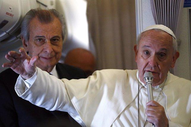 El Papa en su rueda de prensa en el avión