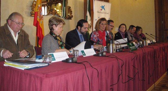 Ferrer presenta las actuaciones en materia social junto a Cajasol y la Caixa