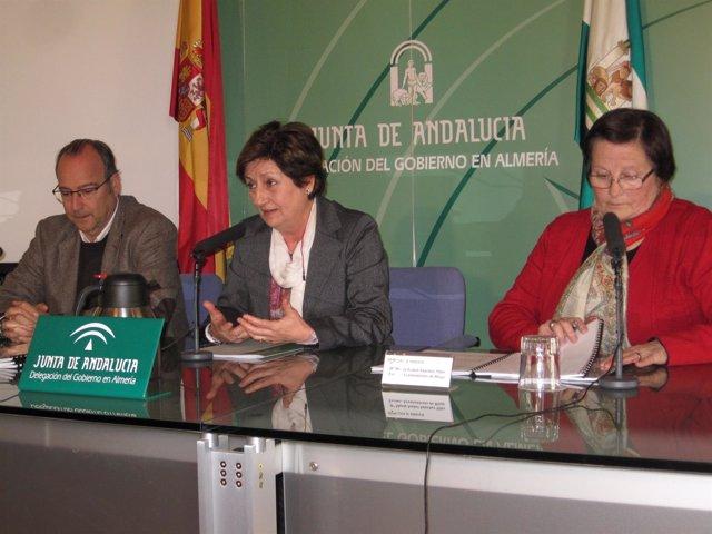 En el centro, la delegada territorial de Fomento en Almería, Encarna Caparrós