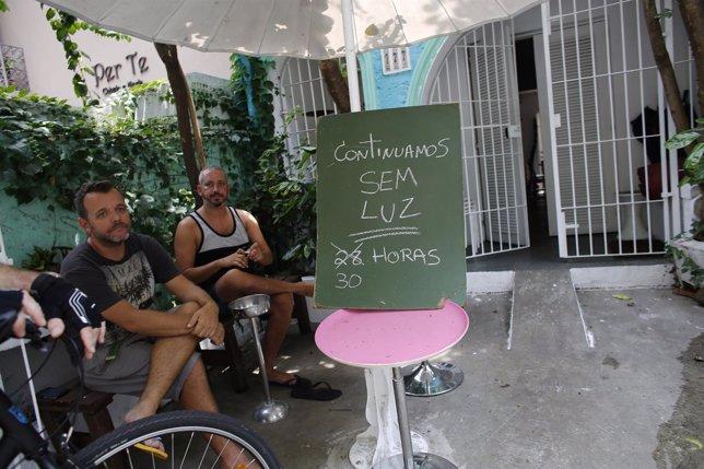 Dueños de un restaurante sin luz en Sao Paulo