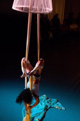 Escena del espectáculo de circo contemporáneo