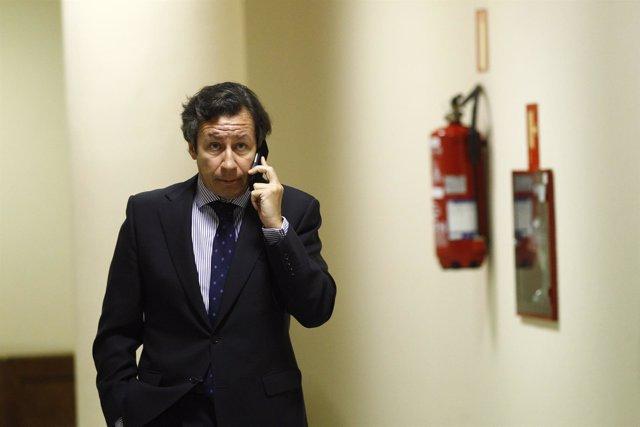 Carlos Floriano en los pasillos del Congreso