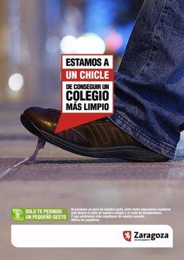 Imagen de un chicle en el suelo de la campaña de limpieza viaria en los colegios