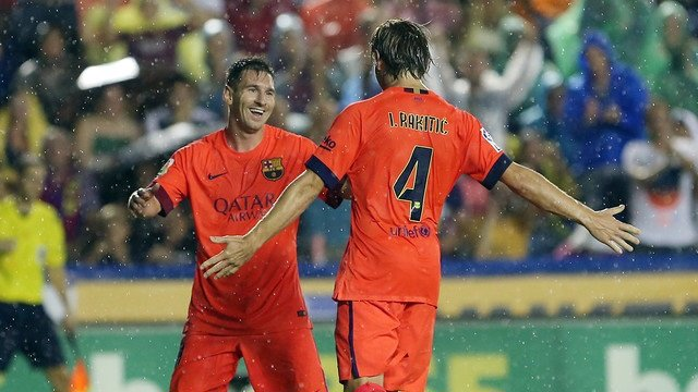 Messi y Rakitic celebran la goleada en Valencia