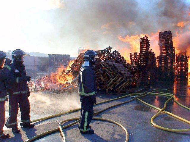 Bomberos del CEIS controlan un incendio en una fábrica de palets en Fortuna