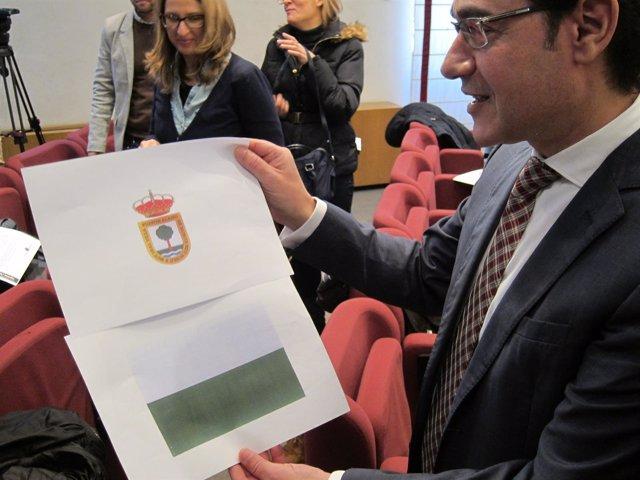 Ruiz Muestra El Nuevo Escudo Y La Nueva Bandera De Fuente Álamo