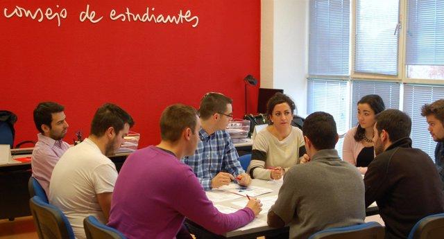 Concha Andreu con los estudiantes universitarios