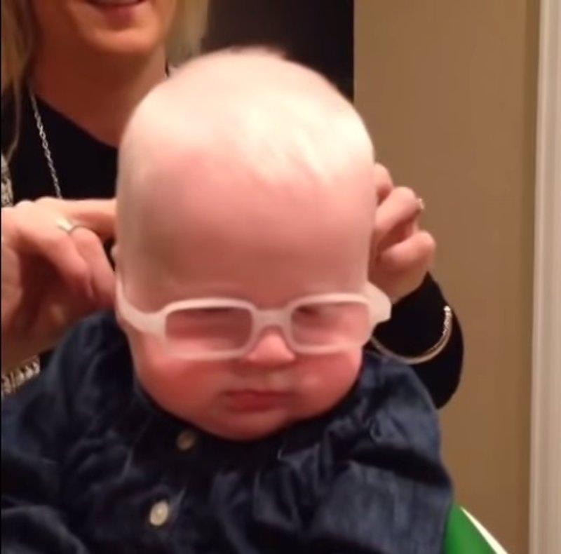 Este bebé ve a su madre por primera vez