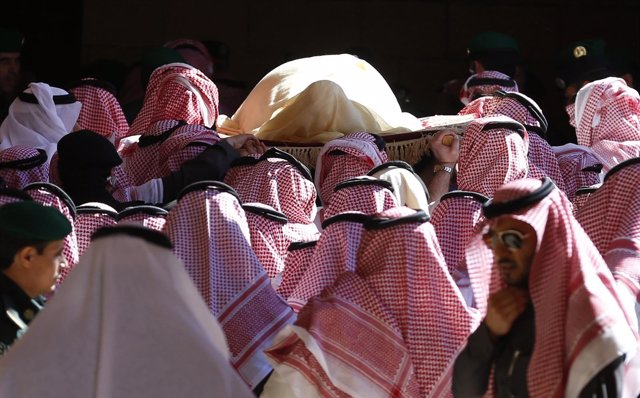 El rey Abdalá es transportado durante el funeral