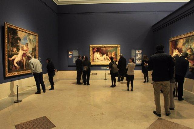 Público en el museo del Padro admirando la exposición de Tiziano.
