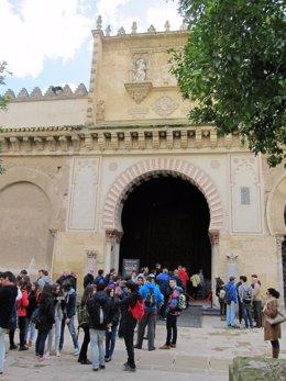 Turistas en el Patio de los Naranjos, ante una de las entradas a la Mezquita