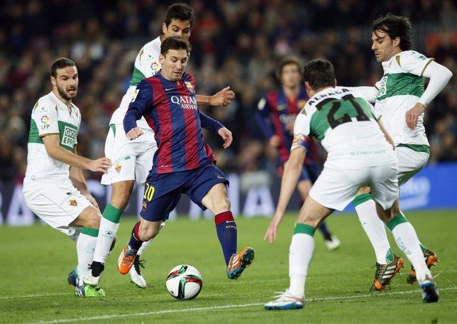 Leo Messi rodeado de jugadores del Elche