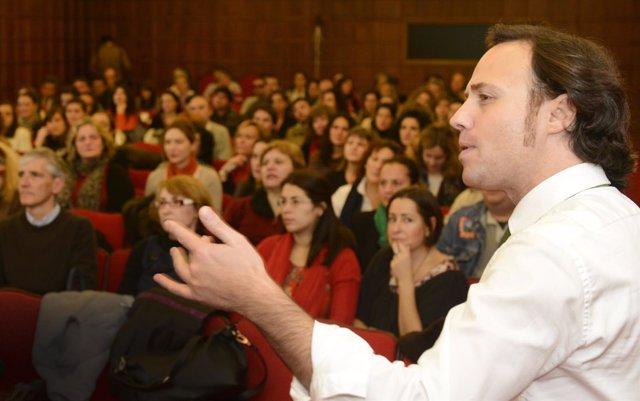 Leandro Fernández Macho impartiendo la conferencia