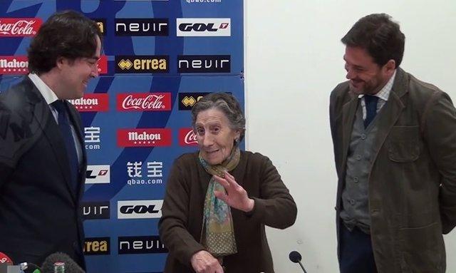 Carmen Martínez, la anciana desahuciada, ayudada por el Rayo Vallecano