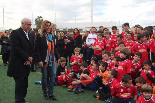 Susana Díaz y Luciano Alonso inauguran el nuevo campo municipal de Aznalcázar