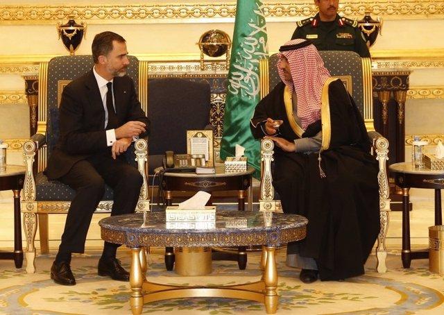 Felipe VI en Arabia Saudí con gobernador de Riad