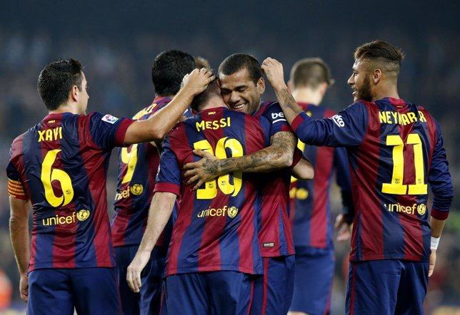Los jugadores del Barça se felicitan entre sí por su victoria.
