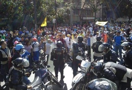 Fuerzas del régimen venezolano lanzan bombas lacrimógenas contra la marcha opositora