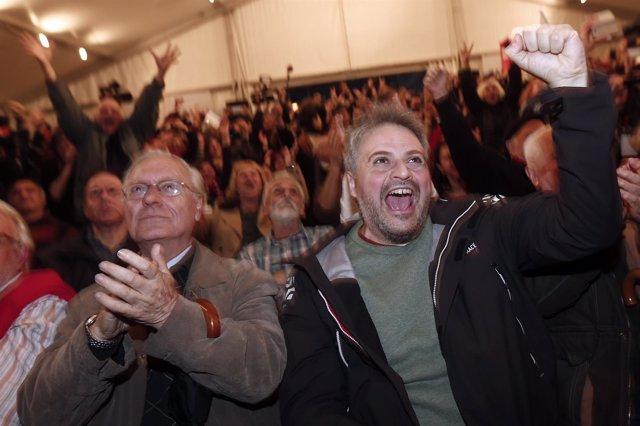 Simpatizantes de SYRIZA en Atenas celebrando el resultado de las elecciones