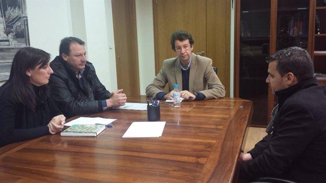 El consejero Juan Carlos Ruiz en la reunión que mantuvo con el alcalde de Ceutí