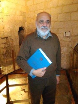 En la imagen, Molina con su tesis en el Museo de la Catedral