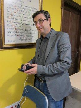 Centella carga su móvil en la sede de IU en Córdoba