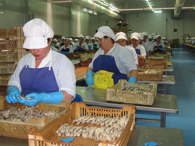 Trabajadoras en una planta conservera de Isla Cristina.