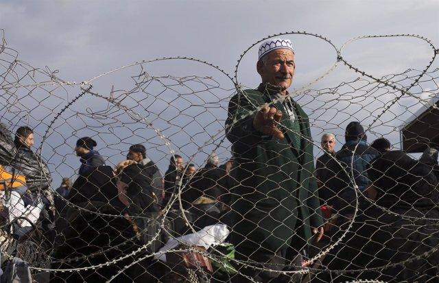 Un hombre palestino esperando para cruzar hacia Egipto to cross into Egypt,