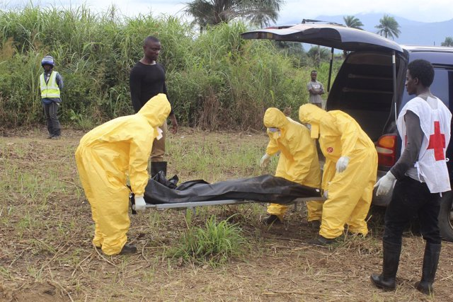 Trabajadores sanitarios trasladan víctima de ébola.