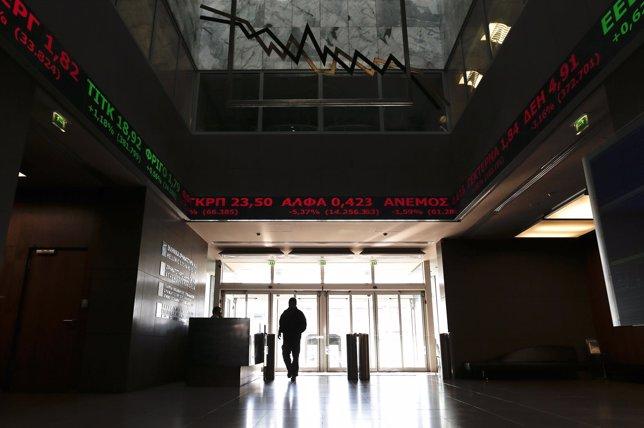 El interés de la deuda griega sube y la Bolsa de Atenas cae