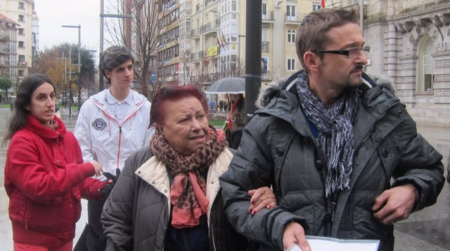 Amparo Pérez con su nieto en la plaza del Ayuntamiento