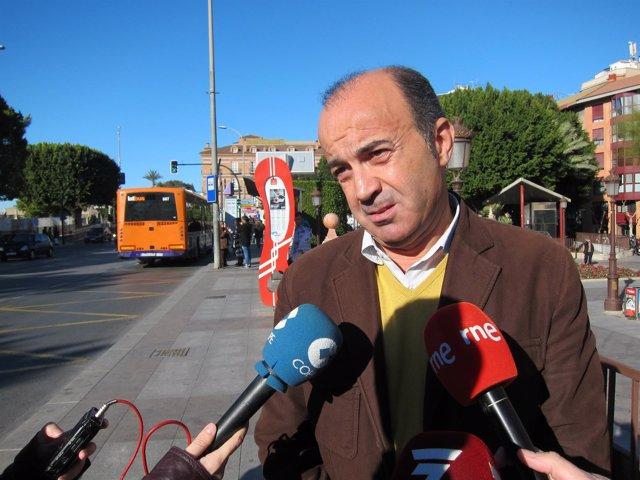 Pedro López en la parada de autobús de La Glorieta
