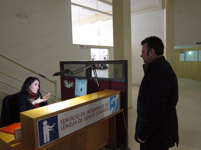 Sonia Diarte, en su puesto de intérprete de lengua de signos en el Ayuntamiento
