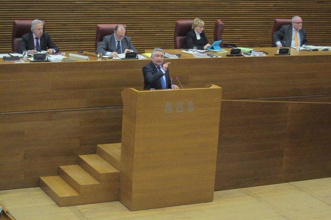 Fernando Giner en la tribuna de oradores de las Corts