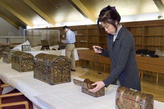 Una de las expertas en arte namban examina una arqueta lacada.