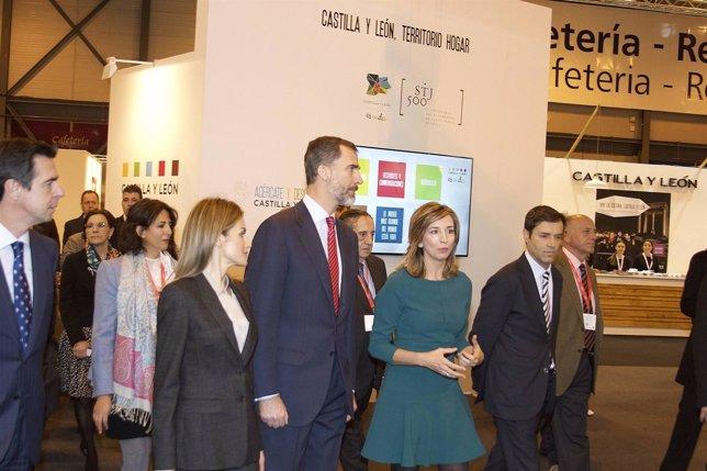 El ministro Soria (I), los Reyes y Alicia GArcía (D)