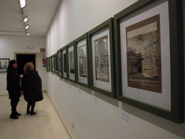 Dos visitantes contemplan las fotos más antiguas de la muestra